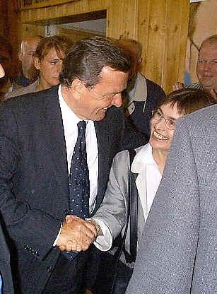 Bundeskanzler Gerhard Schröder und MdB Dagmar Schmidt am 08.05.2000 in der Freienohler Schützenhalle